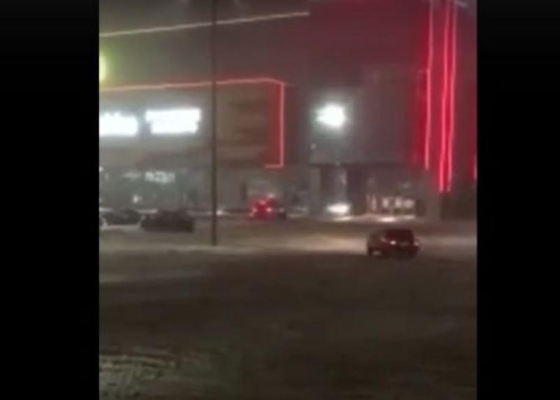 Видео дрифта появилось в Сети. Экстремал влетел в витрину ТЦ в Смоленске