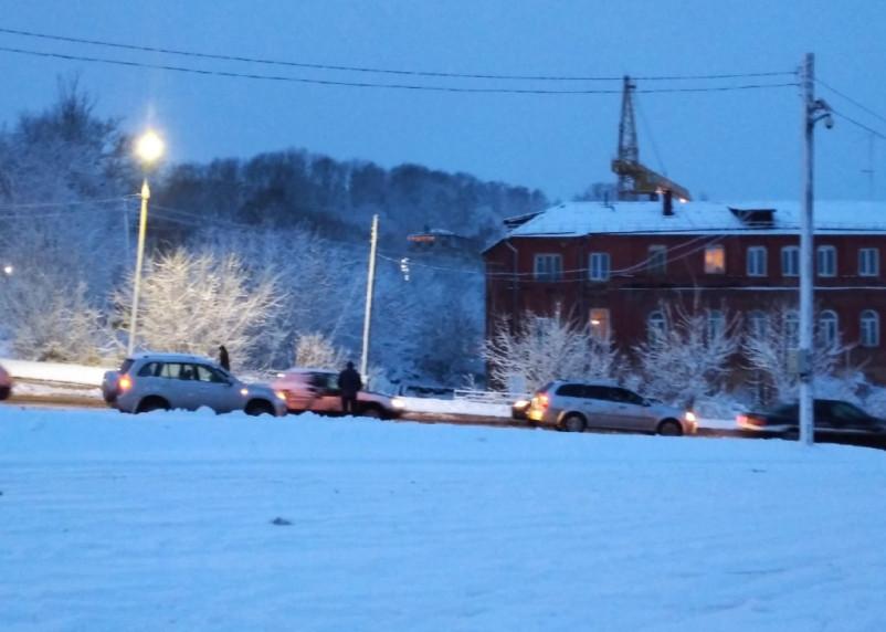 ДТП и пробки в Смоленске. Коммунальщики вновь не справились со снегом