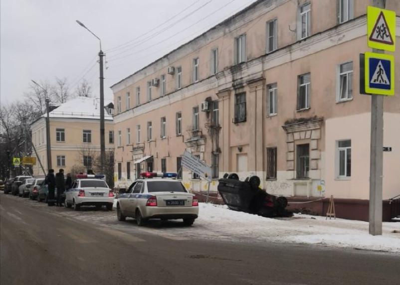 В Смоленске рядом с костелом перевернулся автомобиль