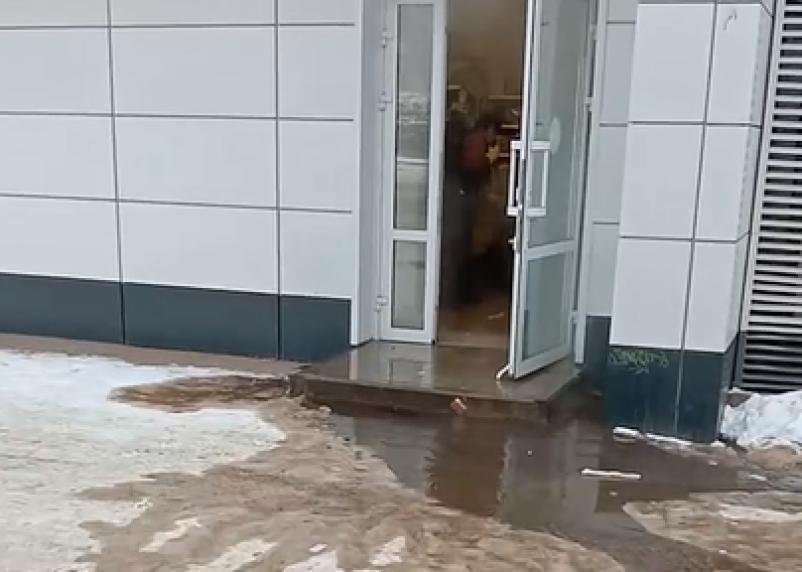 В Смоленске затопление магазина «Магнит» сняли на видео