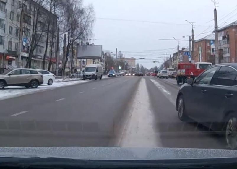 В Смоленске водитель «Лексуса» подверг опасности семью с ребенком
