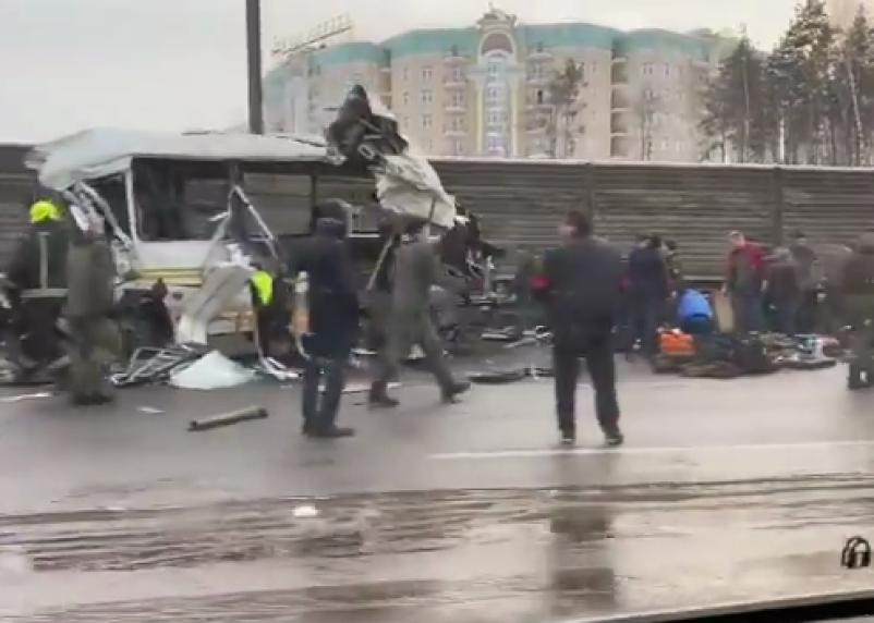 Самосвал протаранил колонну военных автобусов в Подмосковье. Есть погибшие