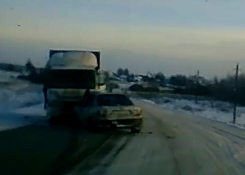 Место аварии иномарки и грузовика в Смоленской области показали на видео
