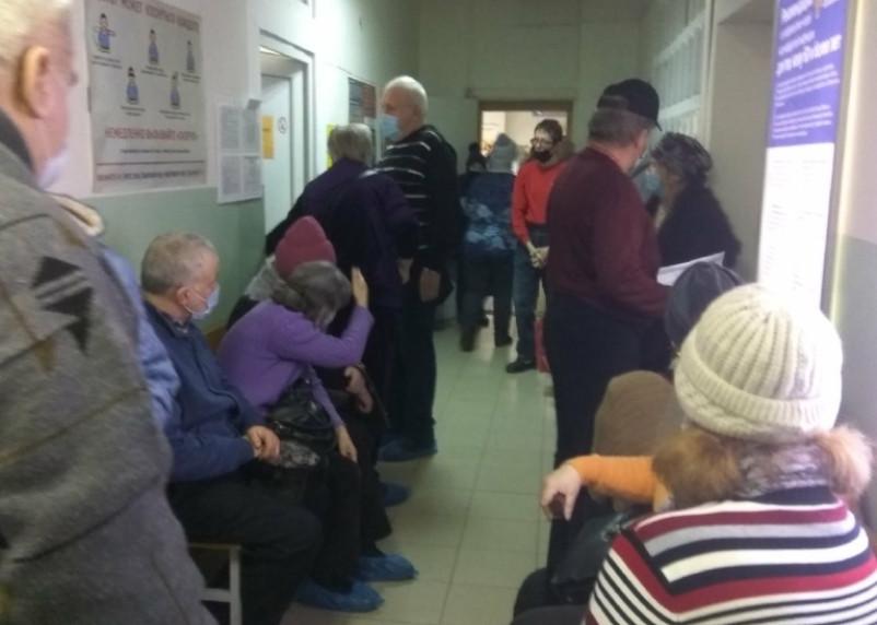 В Смоленске люди в очередях стоят на прививки от коронавируса