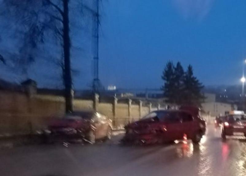 В Смоленске на улице Лавочкина жестко столкнулись две иномарки