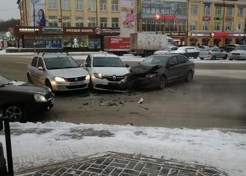 Три автомобиля столкнулись на Колхозной площади в Смоленске