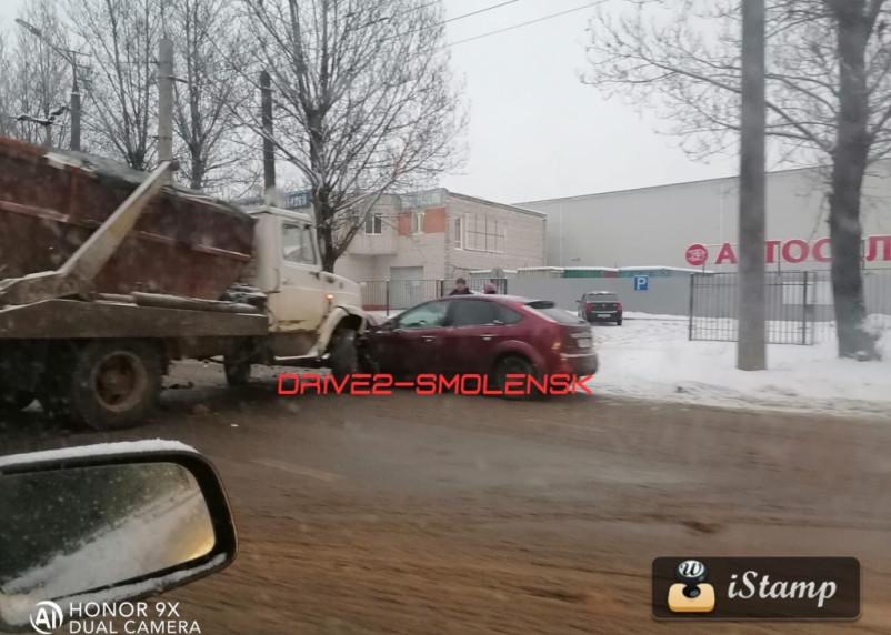 Авария с самосвалом парализовала движение на Шевченко