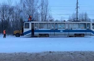 «Корпус был под напряжением». В Смоленске контактный провод упал на трамвай