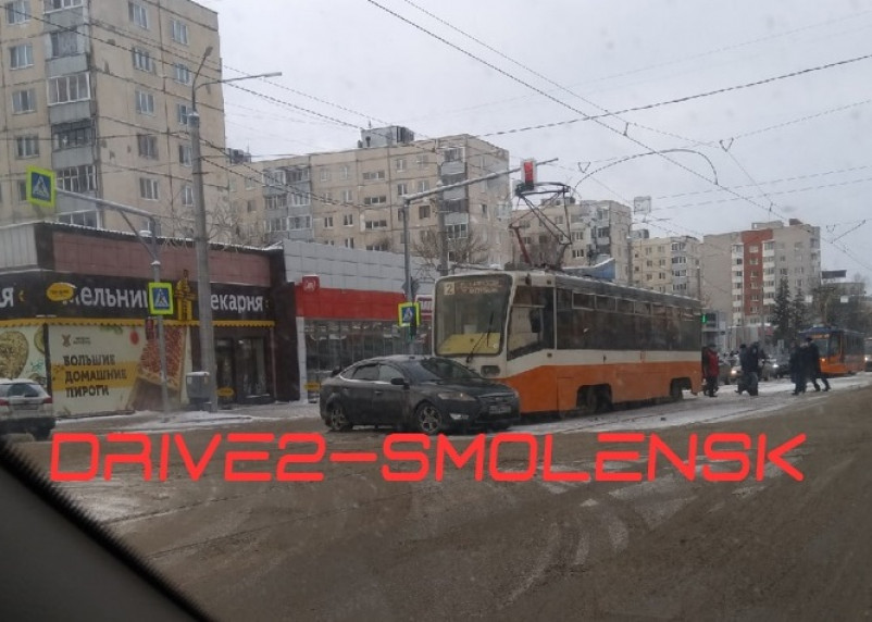 Из-за аварии на улице Николаева стали трамваи