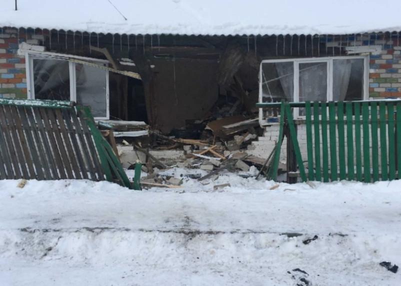 Появились фото въезда машины в жилой дом под Смоленском