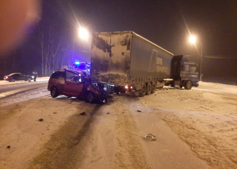 На трассе М-1 в ДТП с грузовиком пострадал человек