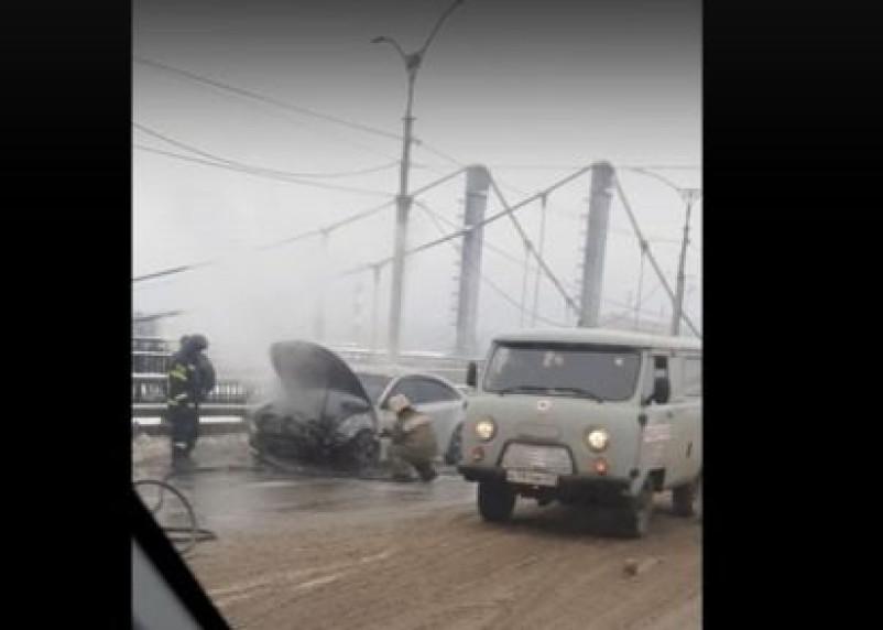 Видео горящей машины на мосту в Смоленске попало в Сеть