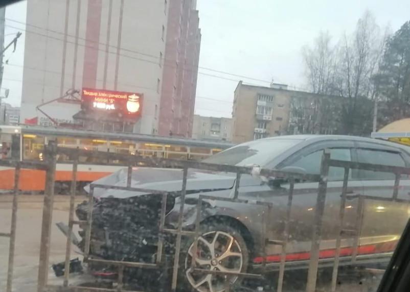 В Смоленске машина влетела в забор