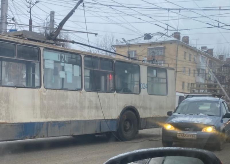 Троллейбус парализовал движение на перекрестке трех дорог в Смоленске