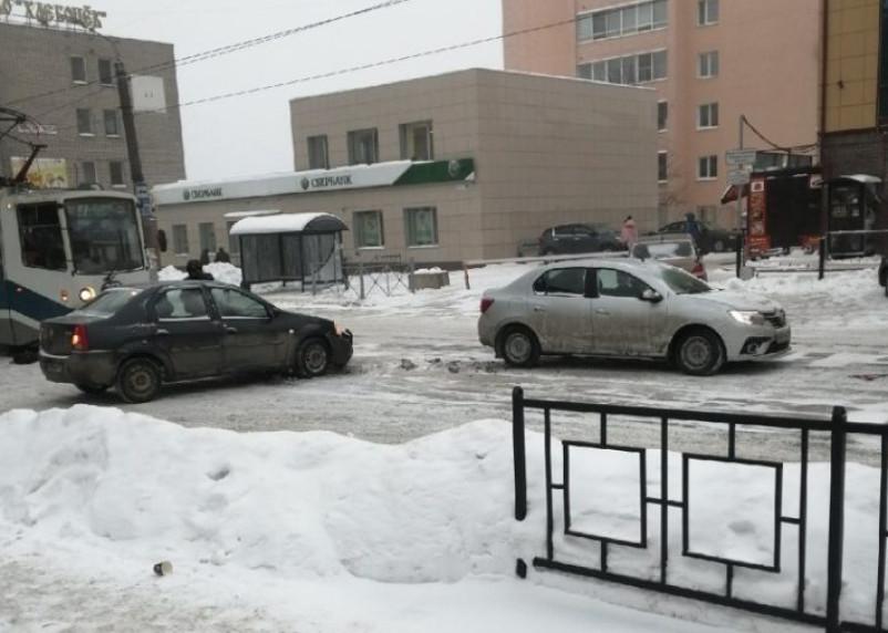ДТП двух иномарок остановило движение трамваев в Смоленске