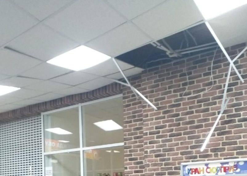 В рославльском супермаркете рушится потолок