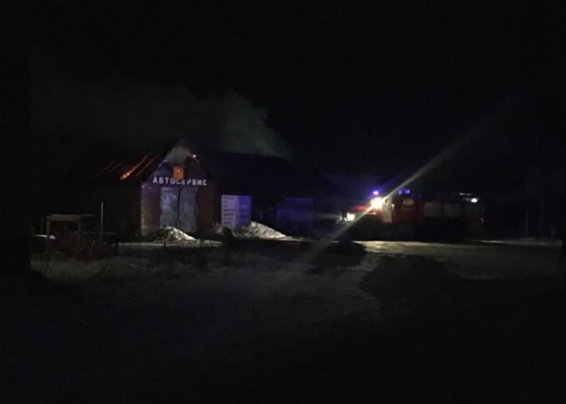 В МЧС рассказали о ночном пожаре в автосервисе в Демидове