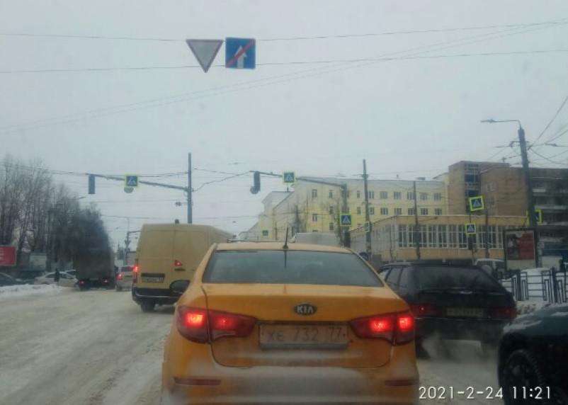 «Жуткие пробки». В Смоленске на медгородке не работает светофор