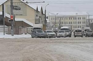В Смоленске улица Кашена встала в пробке