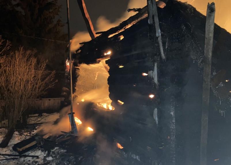 Два дома сгорели в Смоленской области вечером 24 февраля
