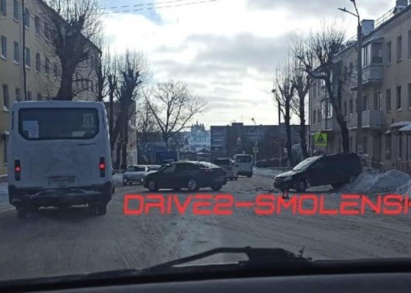 В Смоленске на улице Фрунзе жестко столкнулись две легковушки