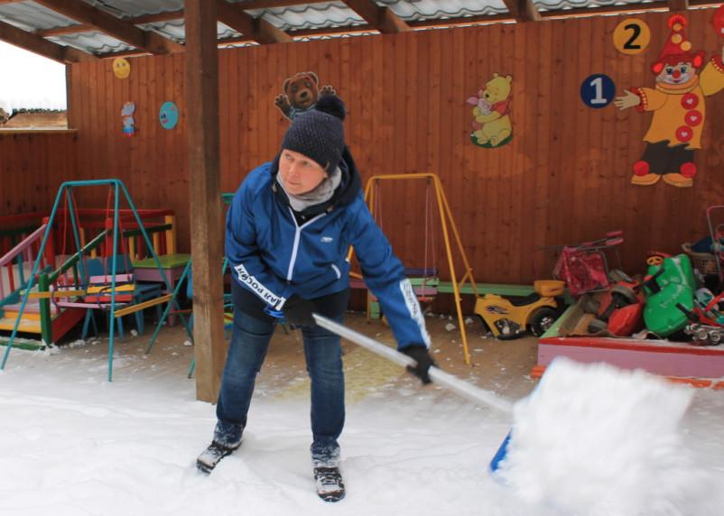 Лопата — друг депутата. Смоленские власти так и не смогли организовать уборку снега в городе