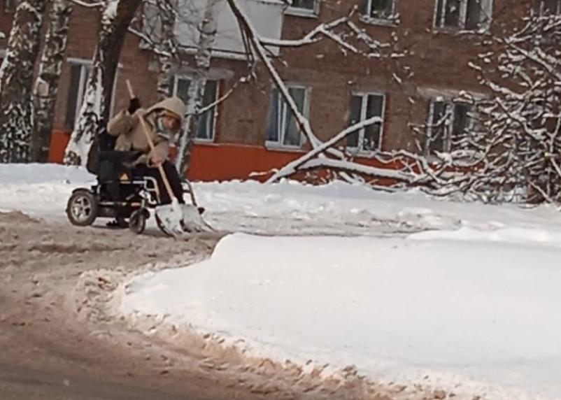 В Смоленской области на уборку дорог выехала инвалид-колясочник