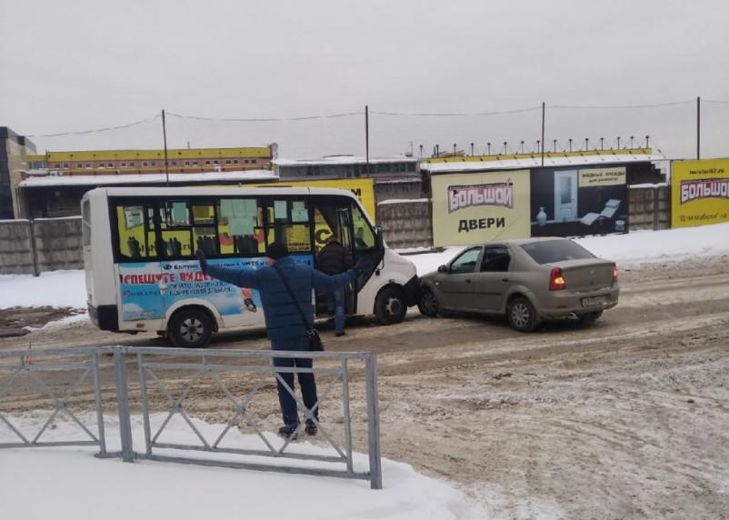 В Смоленске маршрутчик врезался в легковушку на встречке