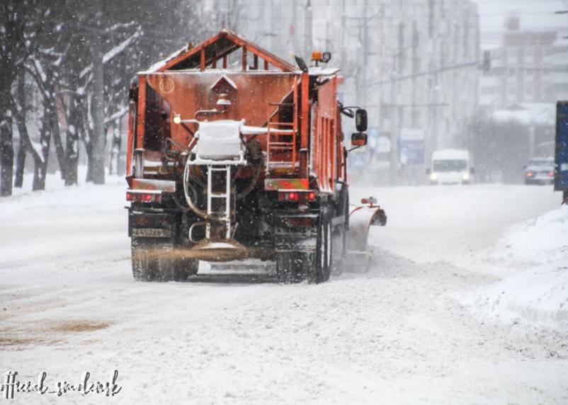 Власти Смоленска заявили о привлечении всех резервов для уборки снега