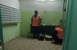 Смоленские коммунальщики устроили «буходной» в подъезде