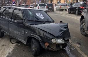 «Разбил головой лобовое стекло». В Смоленске произошла серьезная массовая авария