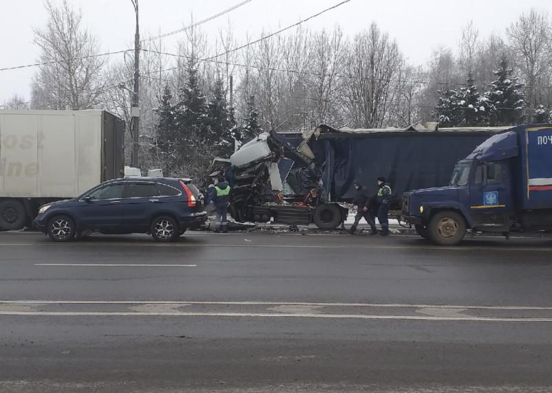 В жестком ДТП на М-1 в Смоленской области пострадал водитель фуры