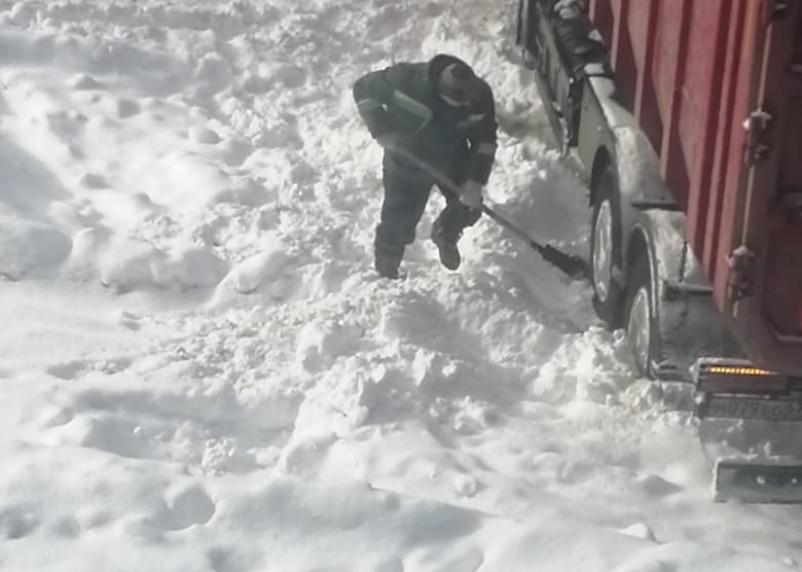 Машина «СпецАТХ» застряла на улице Багратиона в Смоленске