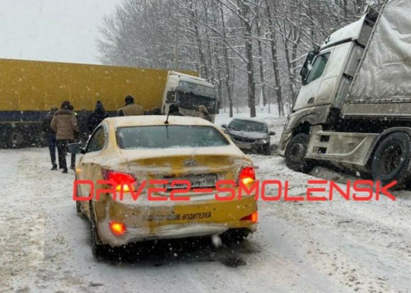 ДТП на М-1 собрало огромную пробку в Смоленской области