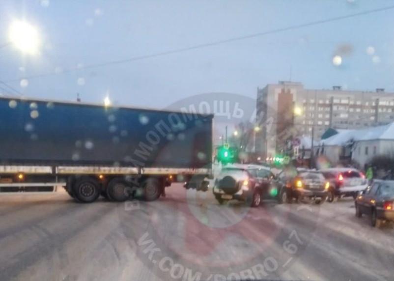 Фура перекрыла движение на улице Крупской в Смоленске