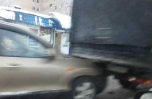 В Смоленске легковушка впечаталась в фургон