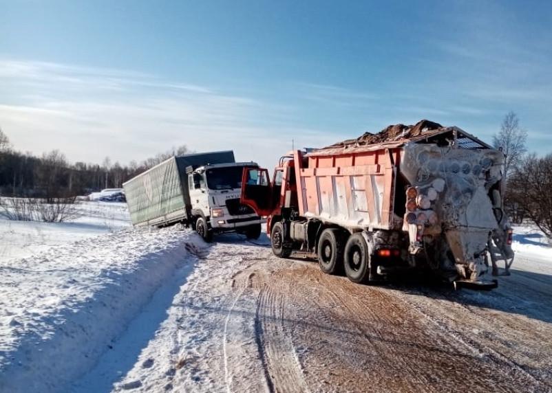 Дорожники спасали водителя большегруза, вылетевшего в кювет в Смоленской области