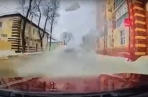 В Смоленске снег с крыши накрыл автомобиль