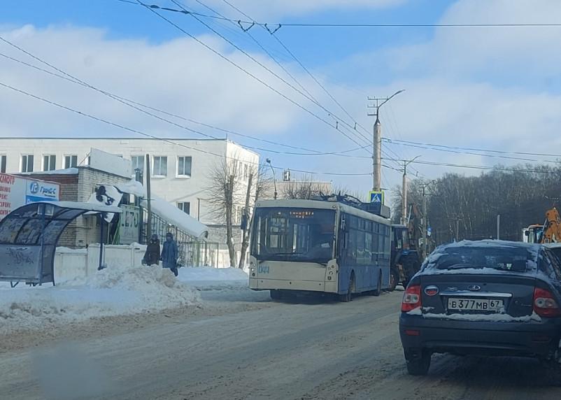 В Смоленске трактор подбил троллейбус