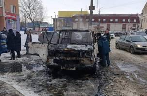 «Пожарные отгоняют от погорельца». В Смоленске вспыхнул на ходу микроавтобус