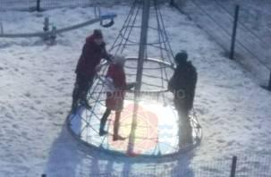 «По земле валял, пинал». В Десногорске избили ребенка на детской площадке