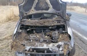 У смолянки по дороге на работу загорелся автомобиль. На помощь пришли мужчины
