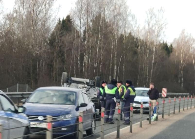 На трассе М-1 в Смоленской области перевернулась машина. Пострадала женщина