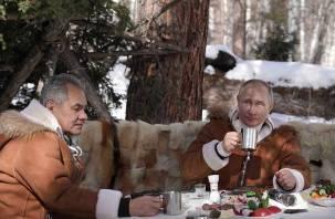 Путина запечатлели с салом и огурцами на отдыхе