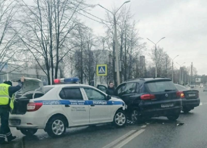 В Смоленске автомобиль ГИБДД столкнулся с иномаркой
