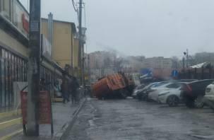 В Смоленске мусоровоз чуть не ушел под землю