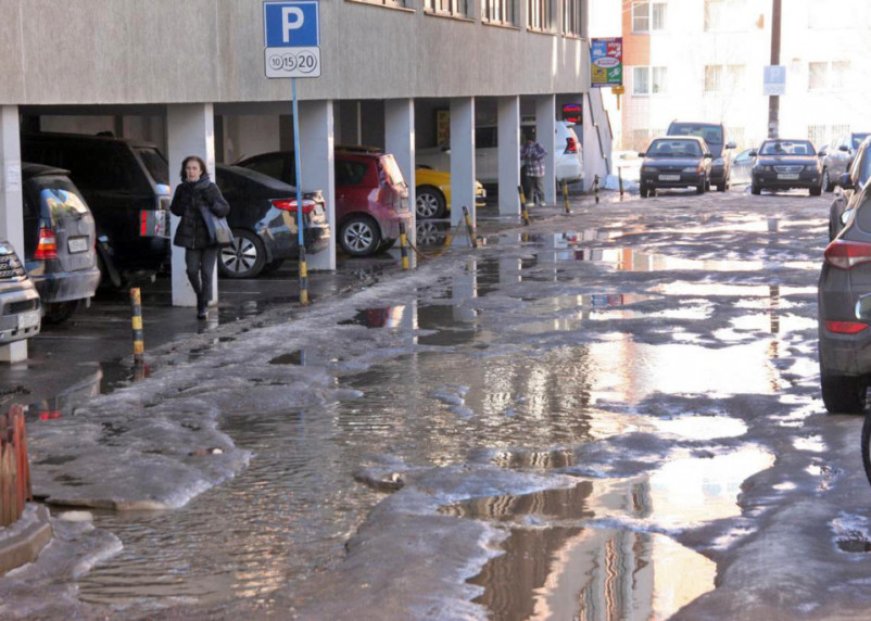 «Не яма, а окоп!» В Смоленске вместе со снегом «растаяли» дороги
