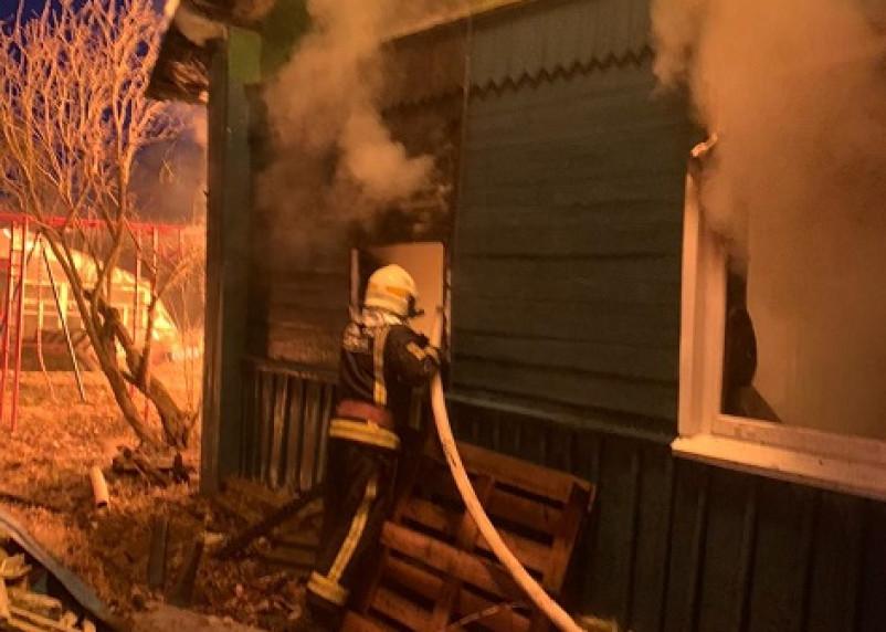 В доме были трое маленьких детей. Родители спасли своих чад из пожара в Сафонове