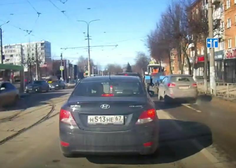 Смоляне удивились движению машины МВД задним ходом по рельсам