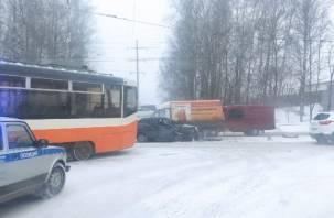 На улице Шевченко в Смоленске машина влетела в трамвай